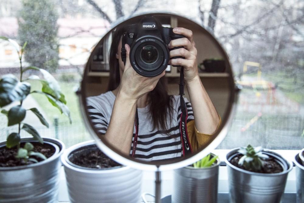 Dlaczego w lustrze wyglądasz lepiej niż na zdjęciach?