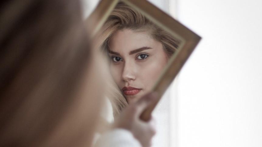 4 makijażowe błędy, które mogą być przyczyną trądziku