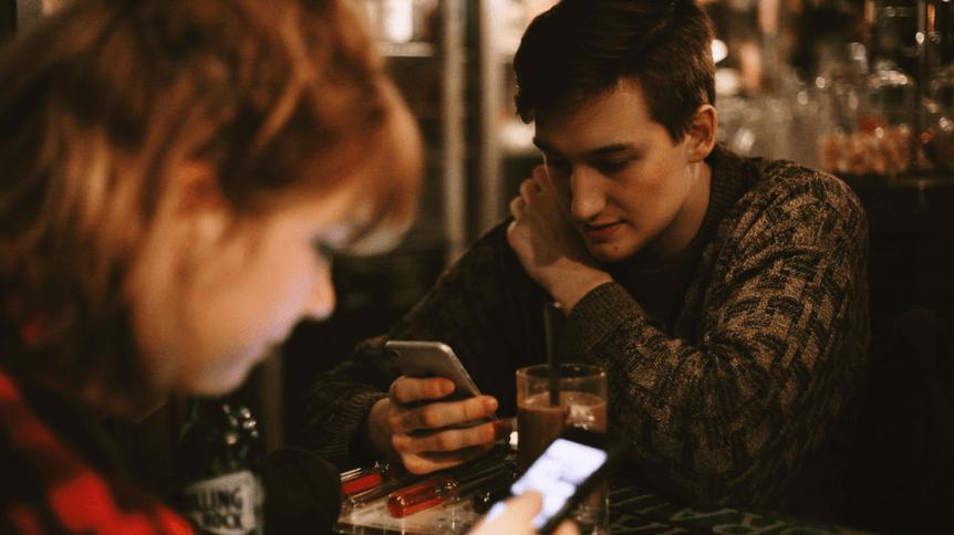 8 oznak, że media społecznościowe psują Twój związek