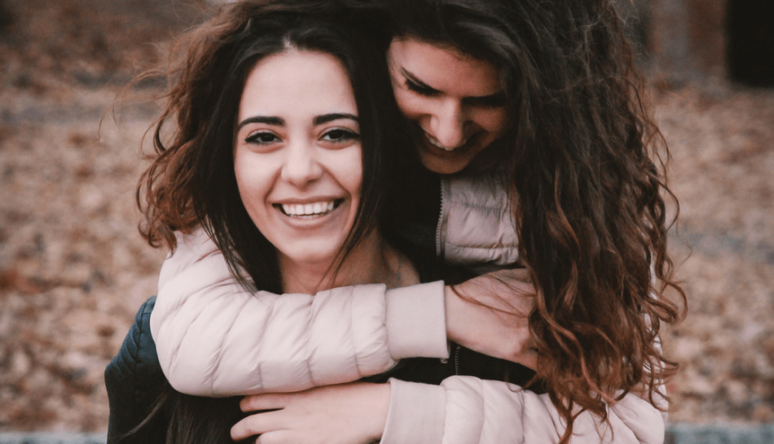 6 zalet posiadania starszej siostry