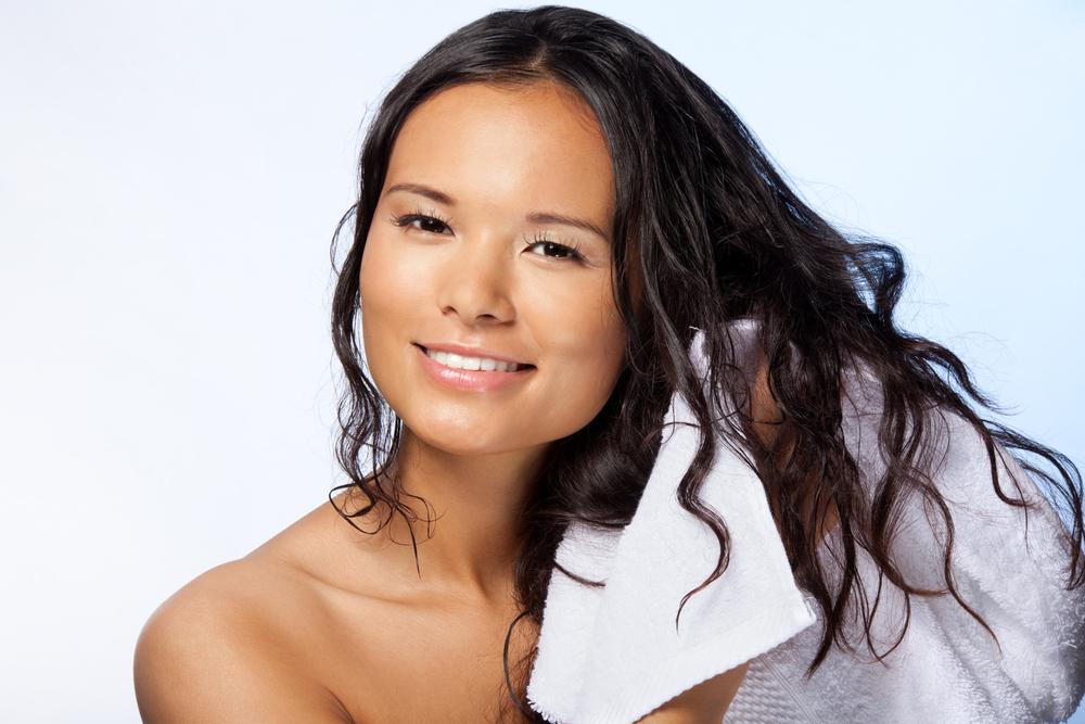 3 negatywne skutki spania z mokrymi włosami!
