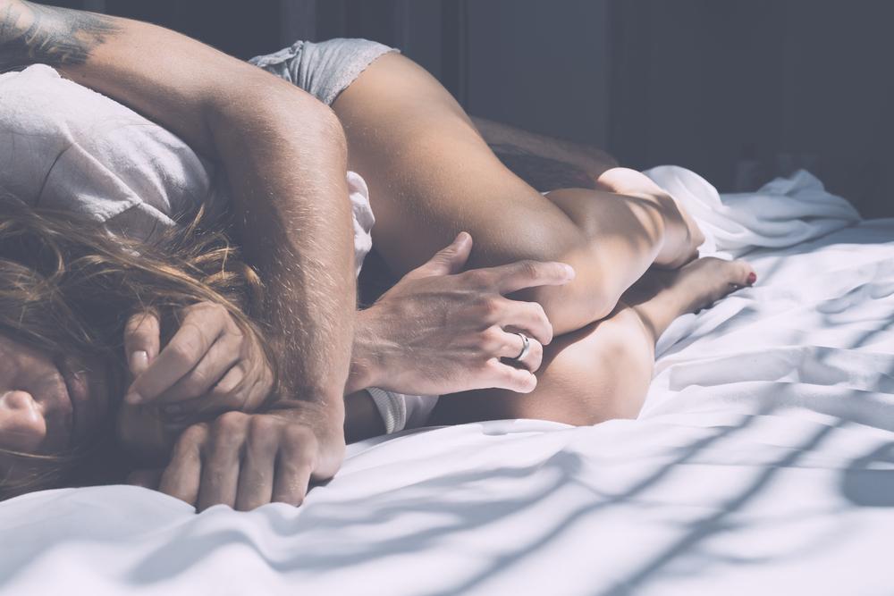 Znalezione obrazy dla zapytania zakochani w lozku zdjecia