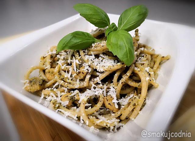 Spaghetti z pesto i krewetkami