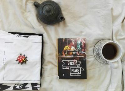 Rudym spojrzeniem: Mężczyźni w Dhace dzielą się na wartościowych i na tych, których życie zagoniło do pracy w fabrykach odzieży (Życie na miarę – Marek Rabij)