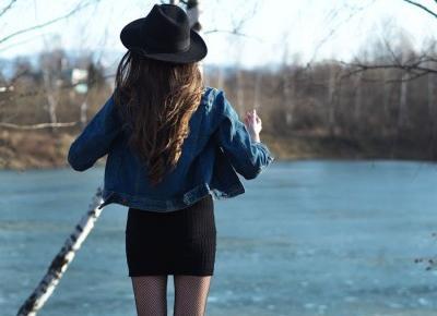 Stylizacja: mała czarna, jeansowa kurtka i kabaretki.