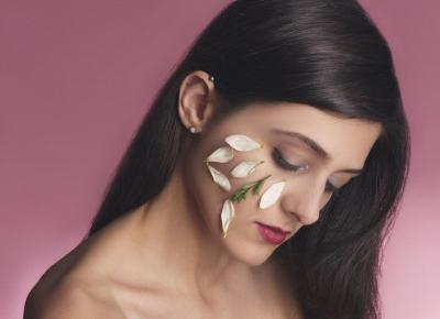 Tych błędów w makijażu unikaj, jeśli chcesz uniknąć zaskórników i pryszczy! - Flaming Blog