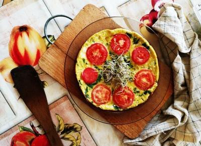Kolorowy omlet ze szpinakiem i pomidorem – DUŻO SMAKU