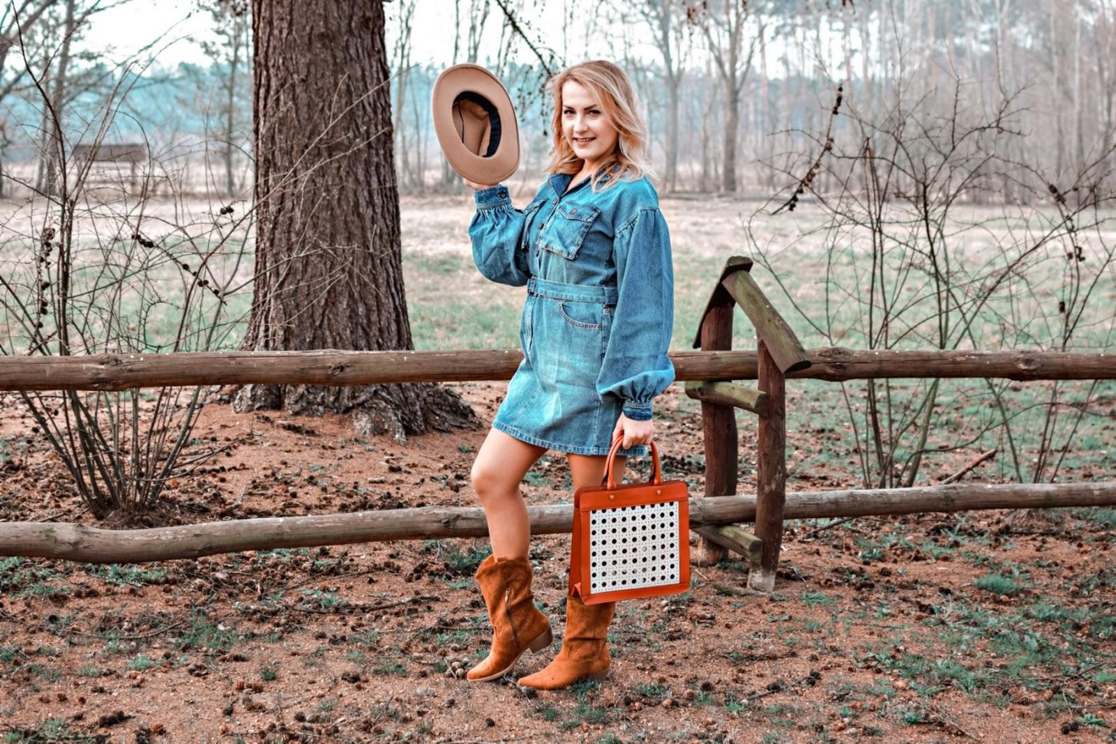 Jeansowa sukienka i ulubione kowbojki – wiosenny look