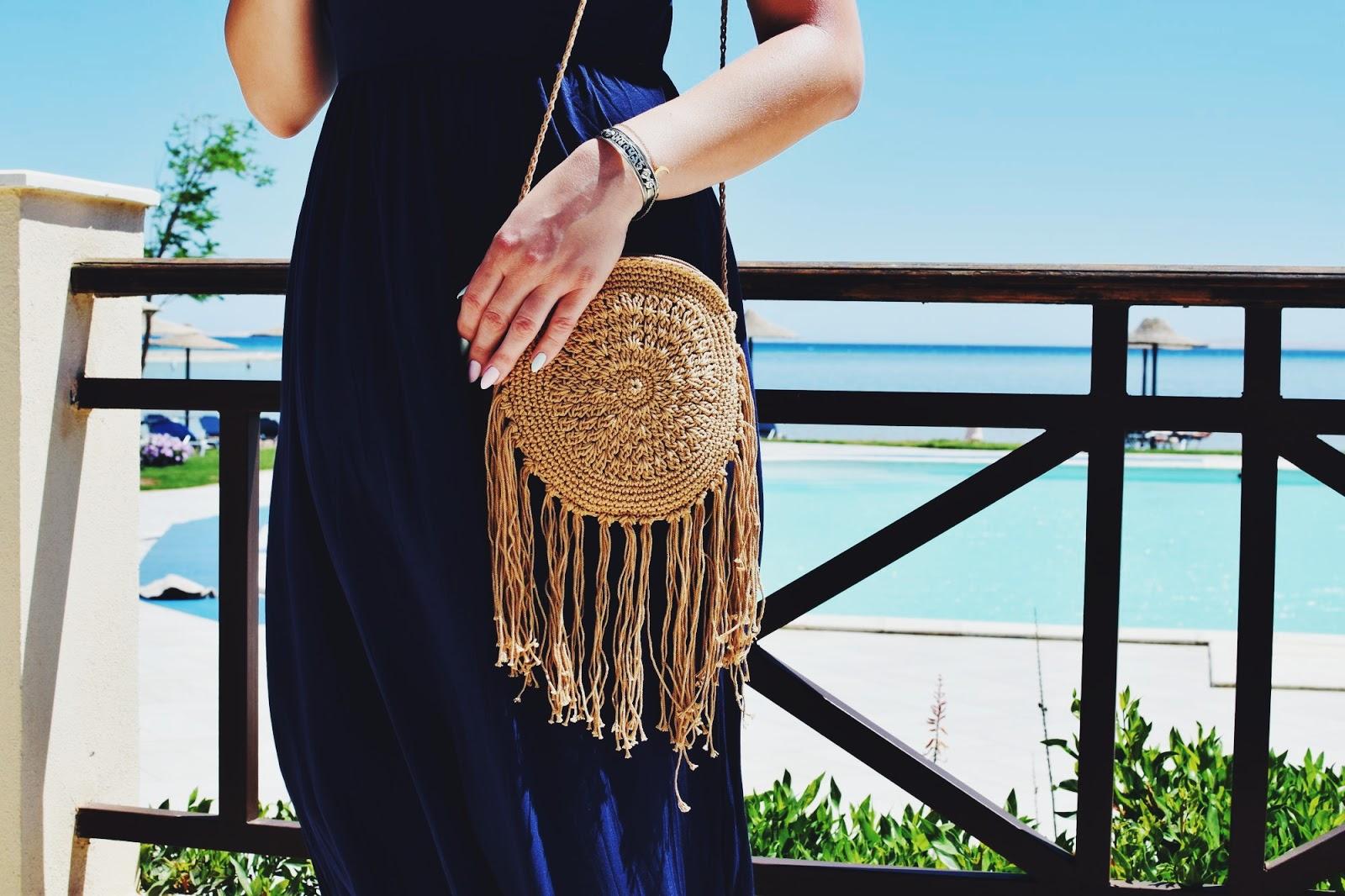 Dresowa sukienka maxi i plażowe dodatki