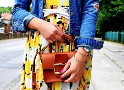 Sukienka w kwiaty i jeansowa kurtka