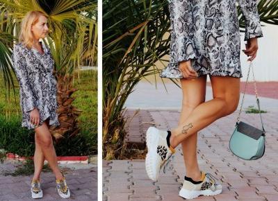 Sukienka z motywem skóry węża i sportowe buty