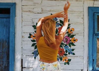 Spodnie w kwiaty i dodatki w kolorze żółtym  - OOTD