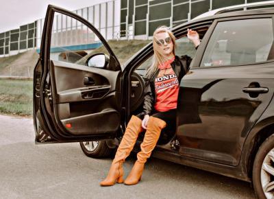 Nietypowa stylizacja z wykorzystaniem T-shirt'u HONDA, czyli połączenie luźnego stylu z nutką elegancji