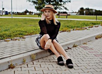 Czarna bluzka i spódnica w kratkę – jesienny look z Kate Kasin