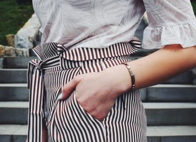 Biała bluzka i spodnie NEOMI – letni look