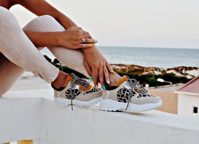 estaw w kolorze pudrowego różu i sportowe buty z panterką