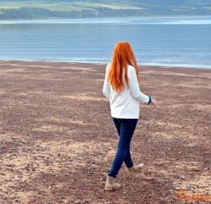 Dżins i biała marynarka z malowniczą Szkocją w tle - by Ela Bieniecka