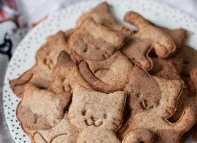 Kruche łaciate ciasteczka z mąką orkiszową i karobem na Dzień Kota 2018 - Fitkot