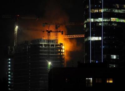 Pożar w centrum Warszawy. Ogień na budowanym wieżowcu - WawaLove