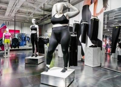 Manekiny plus-size we flagowym sklepie Nike.