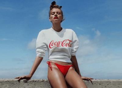 Dziewczyny opalają się na Coca Colę i dodają sobie brązu!