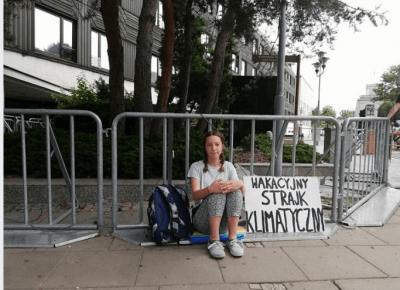 Trzynastolatka protestuje pod Sejmem w sprawie klimatu. Na razie sama