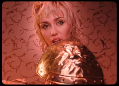Nowy teledysk Miley Cyrus. W kontrowersyjnym klipie pojawiła się jej matka