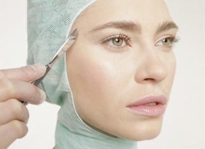 Golenie twarzy skalpelem to hit gabinetów kosmetycznych. Na czym polega dermaplaning?