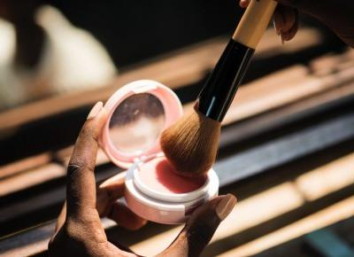 Jesienny makijaż to nie tylko brązy i szarości. Ten trend Cię zaskoczy!