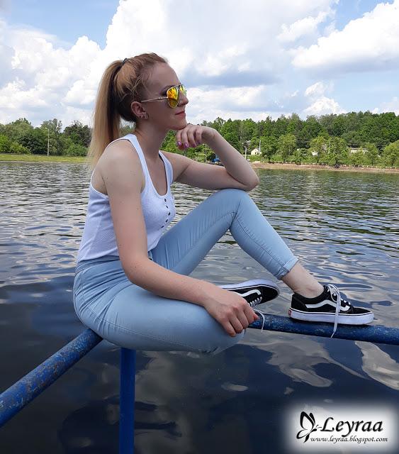 Jasne skinny jeans z wysokim stanem, biała klasyczna bokserka z kieszonką, buty vansy, pilotki lustrzane kolorowe   Blog Fashion and Beauty - Personal by Leyraa