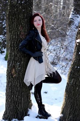 Sesja zimowa, beżowa sukienka z falbankami na jedno ramię czarne obramowania, dziurawe rajstopy, skórzana kurtka ramoneska czarna, czarne szpilki, czarne botki   Blog Fashion and Beauty - Personal by