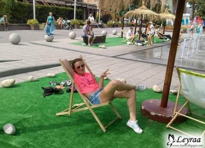 Bluzka koronkowa neonowy róż, szorty jeansowe, wąski pasek, okulary pilotki złote, adidas superstar hologram | Blog Fashion and Beauty - Personal by Leyraa