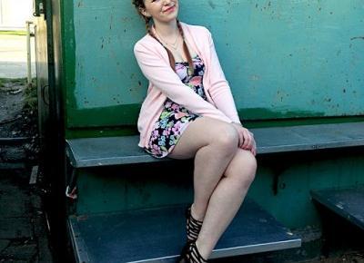 8.04.18 Sukienka mini gorsetowa w kwiaty, sweterek kardigan pastelowy róż, sandały czarne zamszowe na szpilce, naszyjnik celebrytki, warkocze dobierane | Blog Fashion and Beauty - Personal by Leyraa