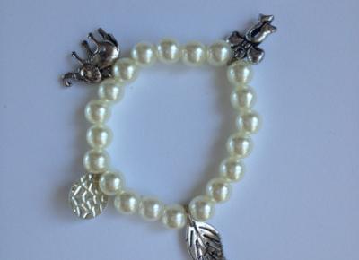 Bransoletka z koralików koraliki zawieszkami zawieszki wąski nadgarstek ręka 15cm na gumce handmade diy w Bransoletki - Szafa.pl