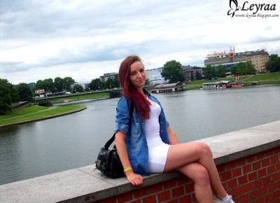 Koszula jeansowa, białe body, biała mini spódnica, białe trampki, kolorowe bransoletki, mała czarna damska torebka na ramię | Blog Fashion and Beauty - Personal by Leyraa