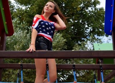 22.08.2015 Bluzka flaga amerykańska opadające ramię, czarne trampki wężowa skórka, czarne spodenki z brokatem, Sesja na placu zabaw w Mielcu   Blog Fashion and Beauty - Personal by Leyraa
