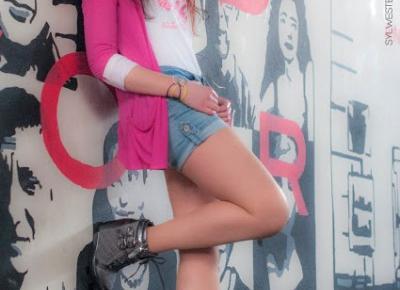 5.03.17 Szarne Sneakersy na koturnie, biała bluza, jeansowe szorty, różowa fuksja narzutka, gumowe bransoletki | Blog Fashion and Beauty - Personal by Leyraa