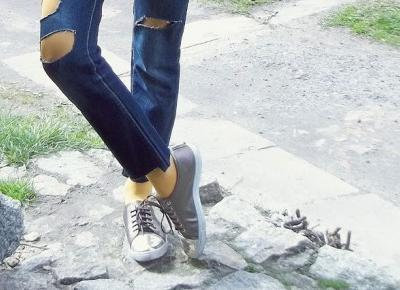 pomarańczowe rajstopy i jeans