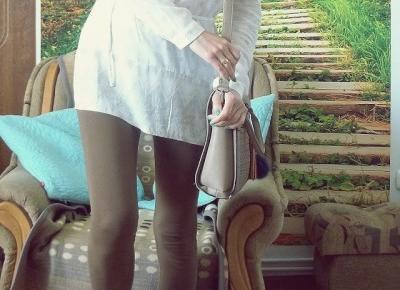 brązowe legginsy i biała tunika
