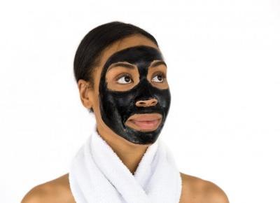 Czarne kosmetyki do twarzy – czym są i na jakie problemy skórne pomagają?