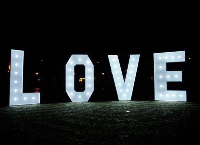Litery LOVE na wesele + ślubna sesja fotograficzna