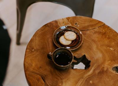 Jak zrobić samodzielnie stolik kawowy z plastrów drewna?