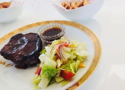 Przepisy kulinarne - Karkówka duszona w sosie miodowym z chrupiącymi frytkami i sałatką | Kreatyvna