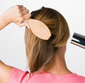 10 zasad, które ułatwią szczotkowanie włosów | Szczotkowanie włosów | Joy.pl