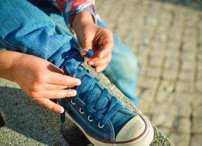 Jak nauczyć dziecko wiązać buty? Najprostsza i najszybsza metoda. | szczesliva