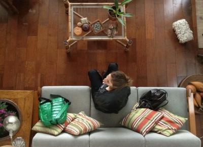 Gałki i uchwyty do mebli w salonie typu loft - LuxDecori.pl