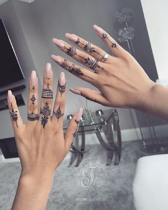 Tatuaże Na Palcach Oraz Dłoniach Subtelne Kobiece A Także
