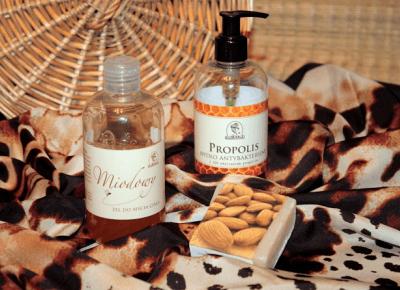 Toksyczna kosmetyczka: Słodki miodek i odżywcze migdały w kosmetykach Korana.