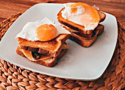 Chrupiący tost na śniadanie z pieczarkami i jajkiem sadzonym  - Związek na patelni