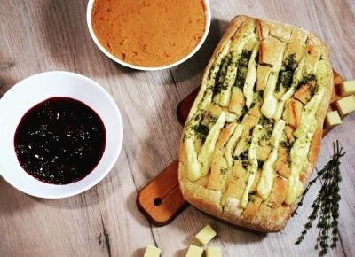 Zapiekany chleb z serem i ostra pasta z ciecierzycy - Związek na patelni